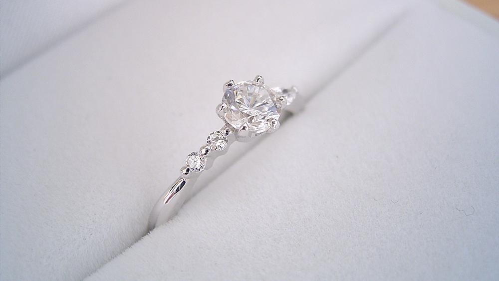 左右のダイヤモンドの形が違う、ちょっと珍しい婚約指輪