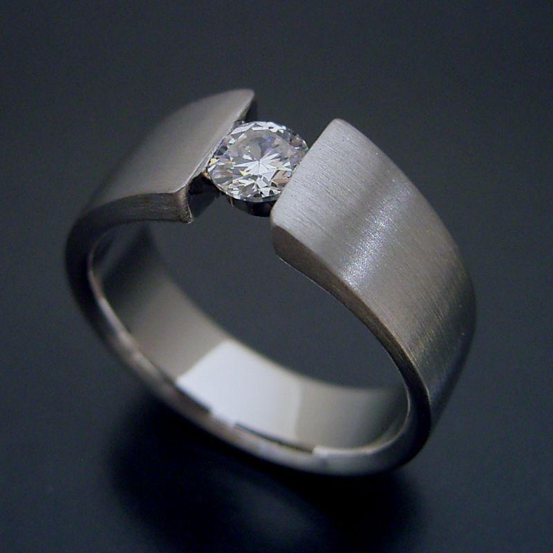 MacBookをモチーフとした婚約指輪も作っています。