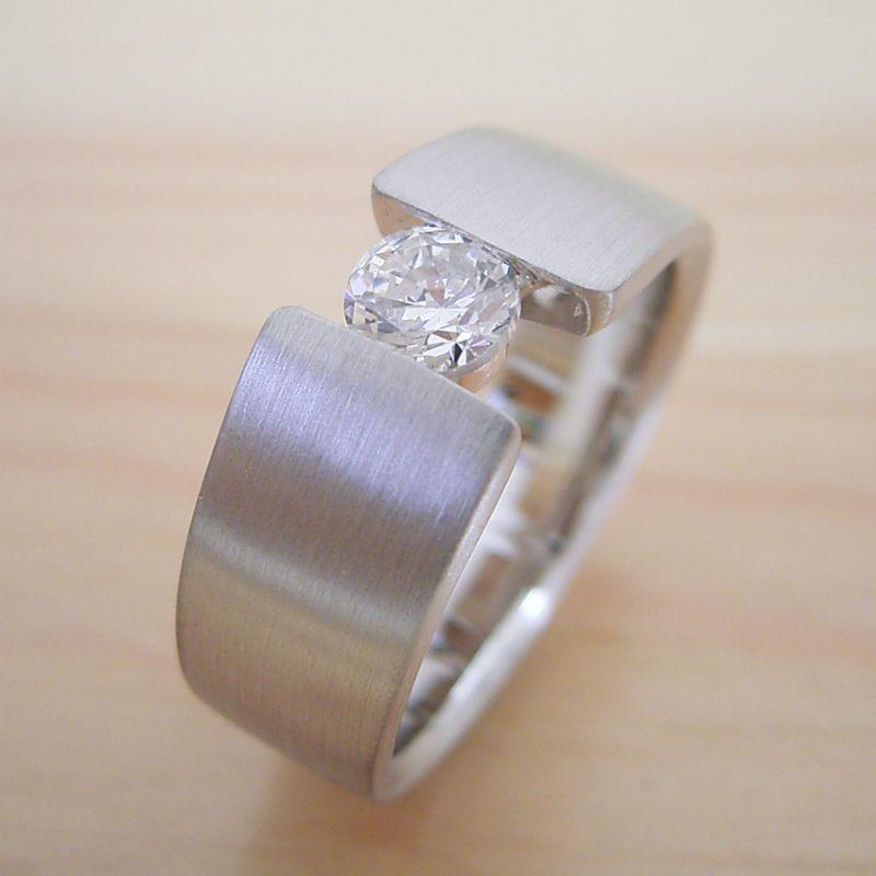 婚約指輪で使われる地金とは?
