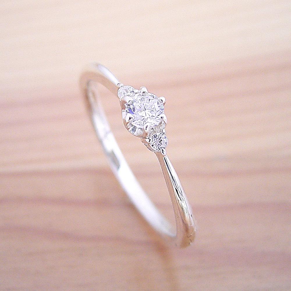 サイドメレダイヤモンドを留めた小さくて豪華な婚約指輪