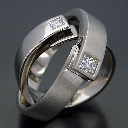 プリンセスカットの指輪。実はボクの結婚指輪もプリンセスカットダイヤモンドが入ってます。