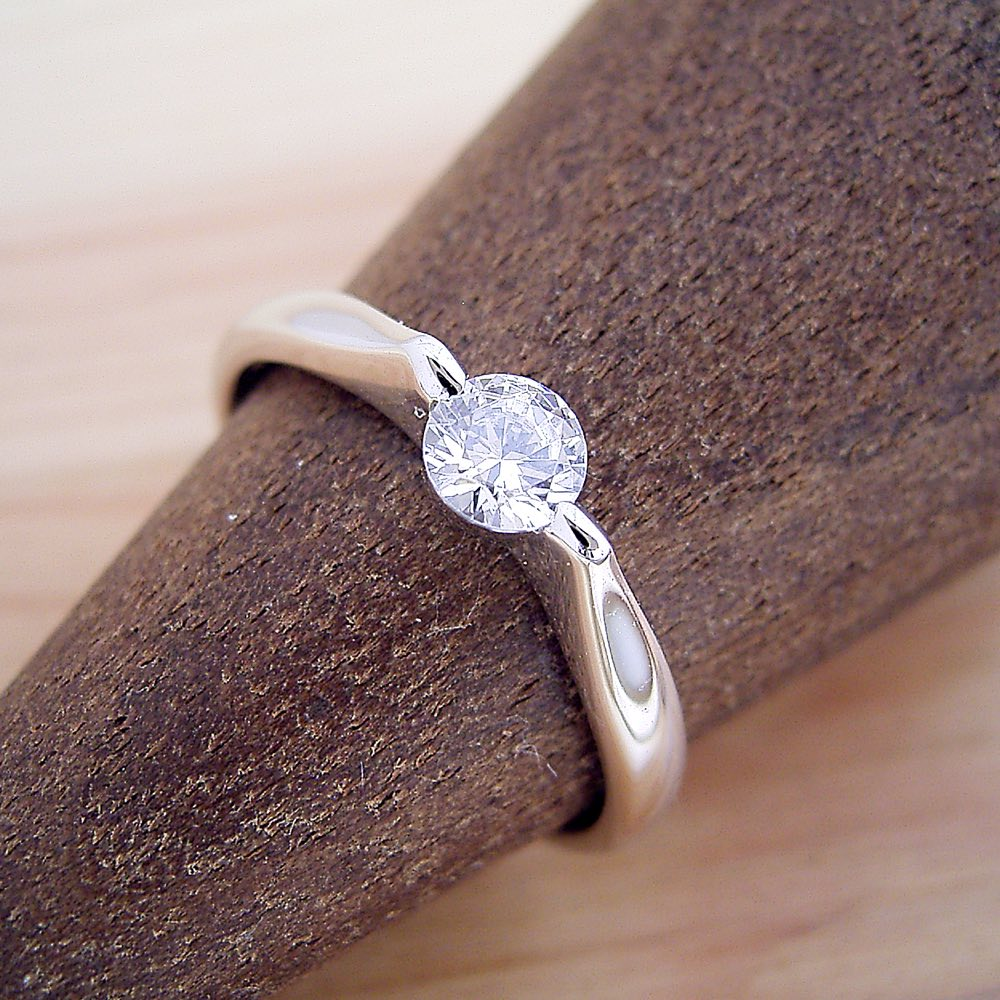 エタニティリングなどと重ね着けするには最適な、2点留め伏せこみタイプの婚約指輪 [BE-34]